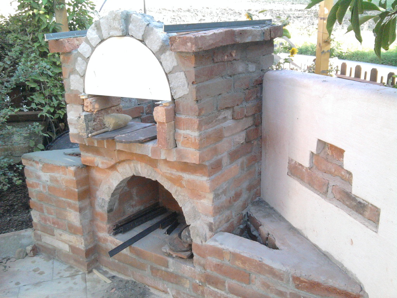 grillofen gemauert ziegel feuer grillen rustikal